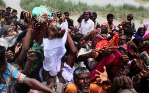 Flood victims scramble for relief material at Tila Tajpur  embankment in Bihar[image by Prashant Ravi]