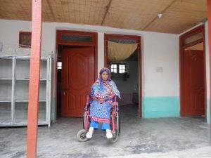پاکستان میں صوبہ پنجاب کے ایک شہر راولپنڈی کے مضافاتی علاقہ میں روبینہ سلیم گھاس پھوس سے بنے ہوئے اپنے تین کمرے کے گھر میں وہیل چئیر پر بیٹھی ہوئی ہیں۔ (تصویر: عامرسعید)
