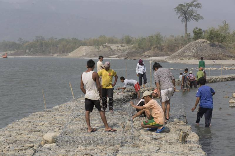 Workers rebuild gabion wall to replace the vulnarable old wall to protect villages from flood at Koshi Barrage. Sunsari, Nepal [image by Nabin Baral]