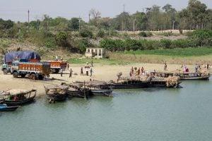 Loading site on the Ganga, near the Farakka barrage [image by Malcolm Payne]