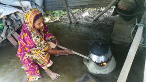 Using biogas leads to smokeless kitchens, a huge boost to women's health who normally have to use traditional wood burning stoves like this one [image by: Abu Siddique]