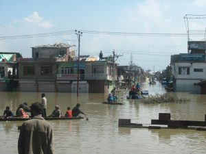 A view of receding flood waters in Srinagar city during the September 2014 flooding. [image: Athar Parvaiz]