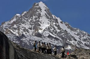 Indian Army soldiers stand at a glacier near base camp of Siachen, India. Image source: UPI / Alamy