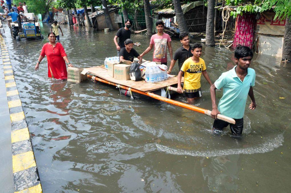 residents evacuating their supplies patna flood