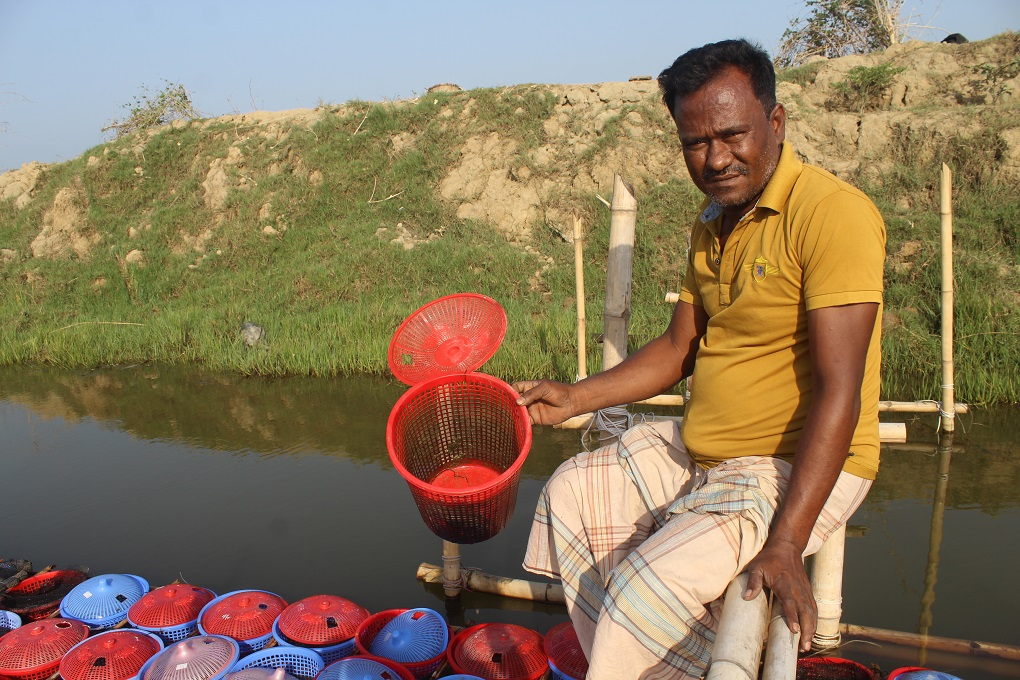 A crab farmer about to collect crabs [image by: Banani Mallick]