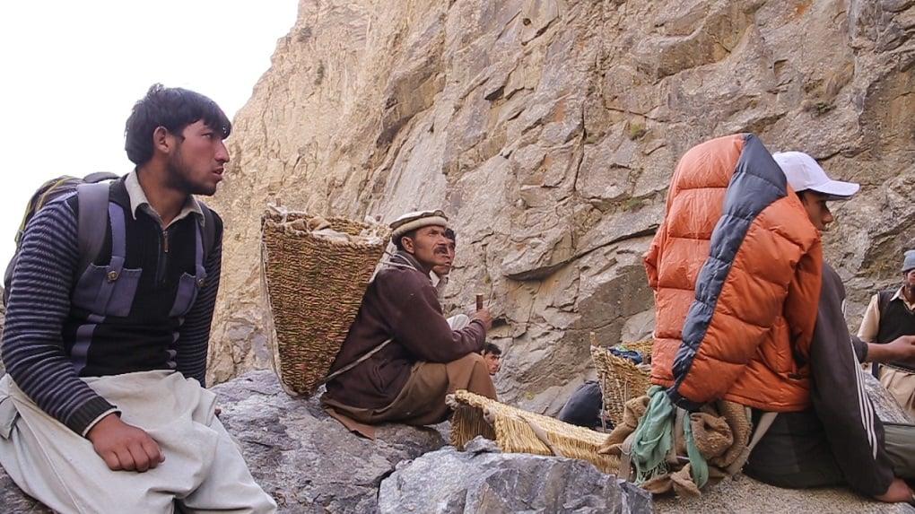 مقامی افراد گلیشئرز کے ٹکڑے گلیشئرگرافٹنگ کی مخصوص جگہ لے جاتے ہوئے۔ (تصویر بشکریہ ذاکر حسین ذاکر)