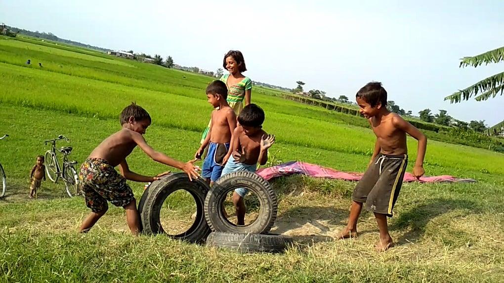 पुस्तकालय के पास खेल रहे बच्चे [image by: Abdul Kalam Azad]