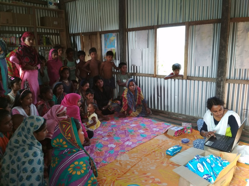 महिला अधिकार कार्यकर्ता मंजुवारा मुल्ला युवा महिलाओं के साथ मासिक धर्म स्वच्छता पर चर्चा कर रही हैं [image by: Abdul Kalam Azad]