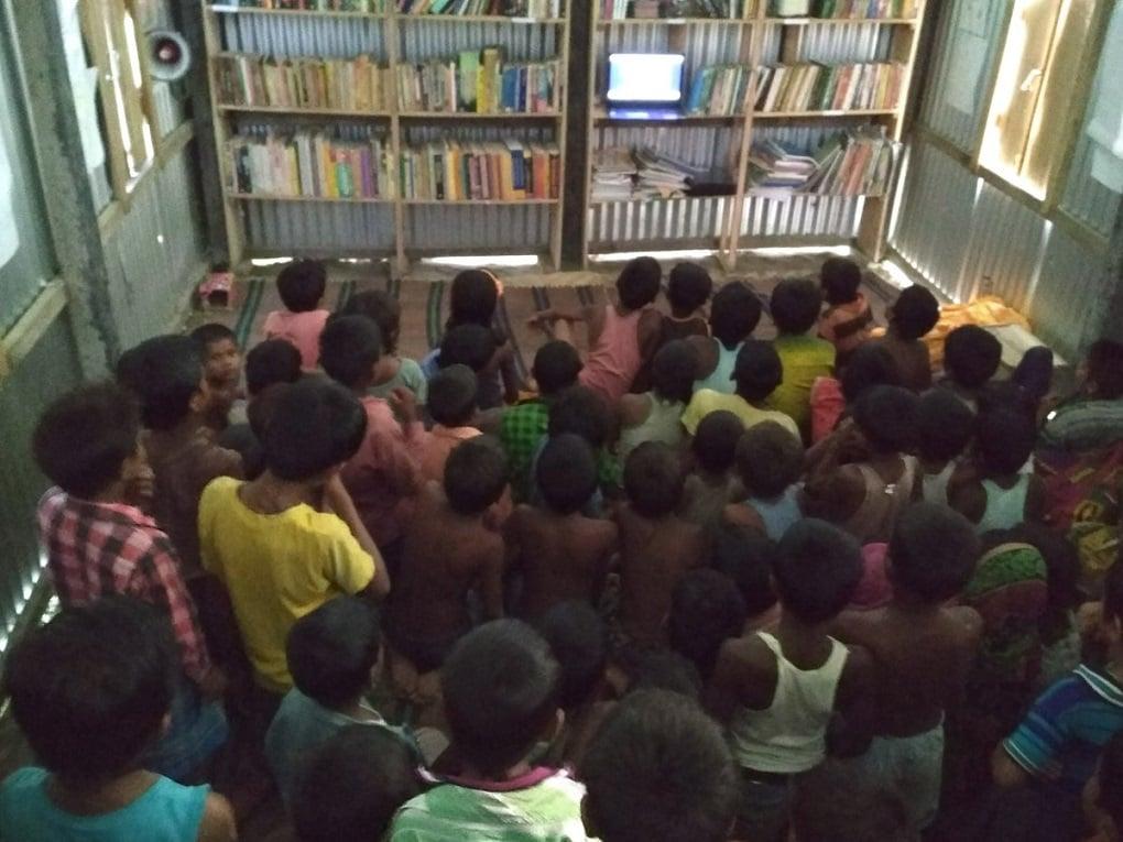 लैपटॉप पर वीडियो देखते बच्चे। ये यूनिसेफ द्वारा आपदा जोखिम में कमी और बाल संरक्षण पर तैयार किए गए एनिमेटेड वीडियो हैं। [image by: Abdul Kalam Azad]