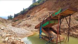 Месторождение Суулуу-Тегерек в Чаткальском районе Кыргызстана эксплуатируется инвесторами давно. Русло реки было разрушено, что повлияло на местную флору и фауну, а ландшафт у подножия гор изменился [Автор: Гамал Сооронкулов]