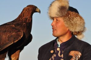 Местная культура и природа тесно переплетаются для охотника и его орла на берегу озера Иссык-Куль Опираясь на культурные традиции, они теперь также занимаются семейным экотуризмом. (Автор Марк Фоггин)