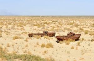 Ржавые корабли на суше, бывшее дно Аральского моря, недалеко от города Мойнак, Узбекистан. Раньше Мойнак был оживленным рыбацким портом (Фото: Касия Новак / Алами)