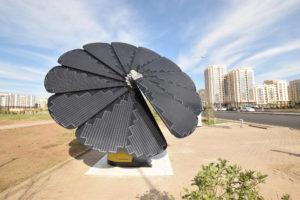 Солнечные батареи в форме цветка на улице Астаны, Казахстан (Фото: Алами)