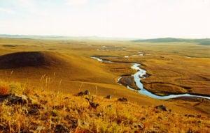 Верхняя часть реки Улдза (Улз-гол) в восточной Монголии, которая поддерживает водно-болотные угодья в «Ландшафтах Даурии». На ней также строится плотина в рамках программы «Синий конь». (Автор: Олег Горошко)