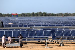 Solar panels are installed for the Zonergy 900 MW project in Bahawalpur, Pakistan, in 2015. The project is part of the China-Pakistan Economic Corridor. (Image: Ahmad Kamal / Alamy)